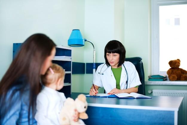 의사 사무실에서 어머니 및 아기 소녀