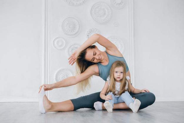엄마와 딸이 체육관에서 함께 운동을