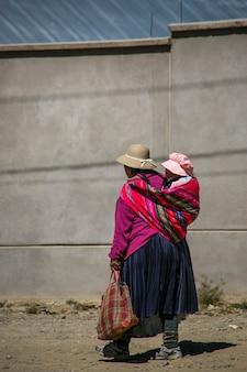 ラパス、ボリビアの母親と赤ちゃんの女の子