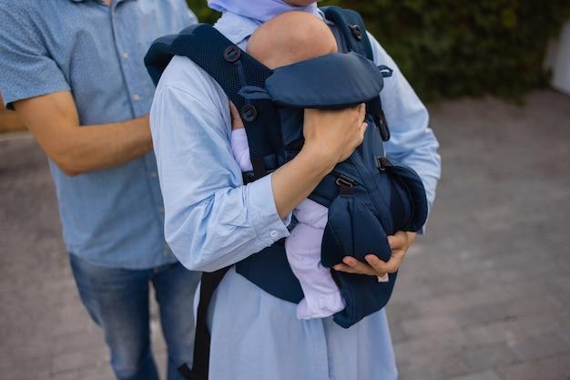 バックパックの母と赤ちゃん。屋外マウント。