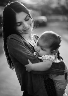 母親と赤ちゃんの新生児の愛の感情的な家族