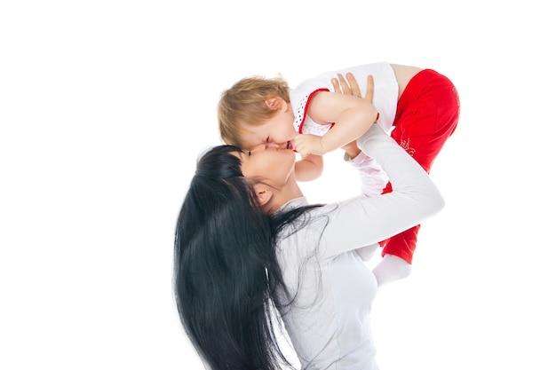 白い背景の上で遊ぶ母と赤ちゃん
