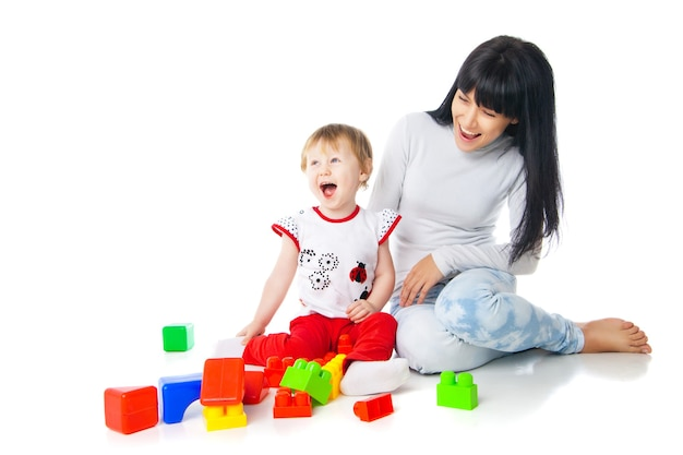 빌딩 블록 장난감을 가지고 노는 엄마와 아기