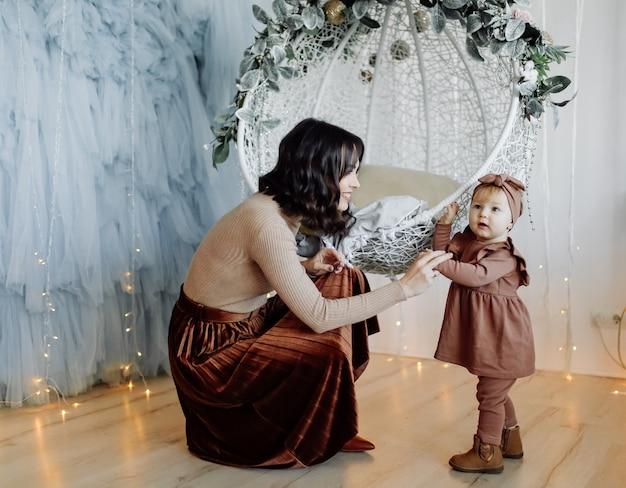 Мать и ребенок позирует на качелях