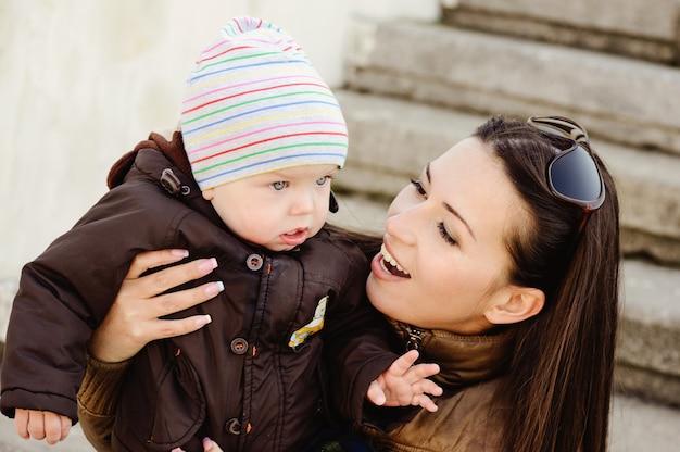 가을 시간에 야외에서 엄마와 아기 아들