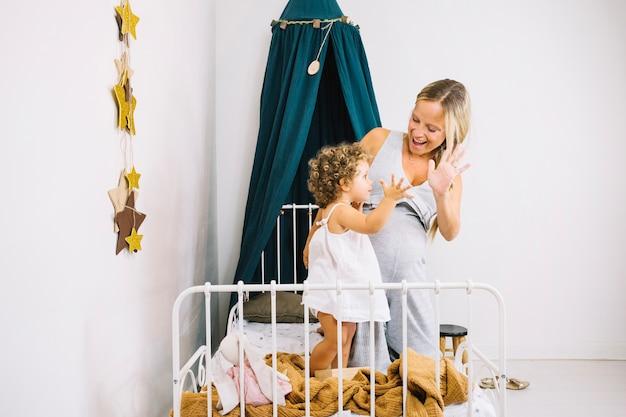 Мать и ребенок машет руками