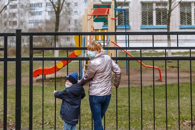 Мать и ребенок в медицинских масках неожиданно обернулись