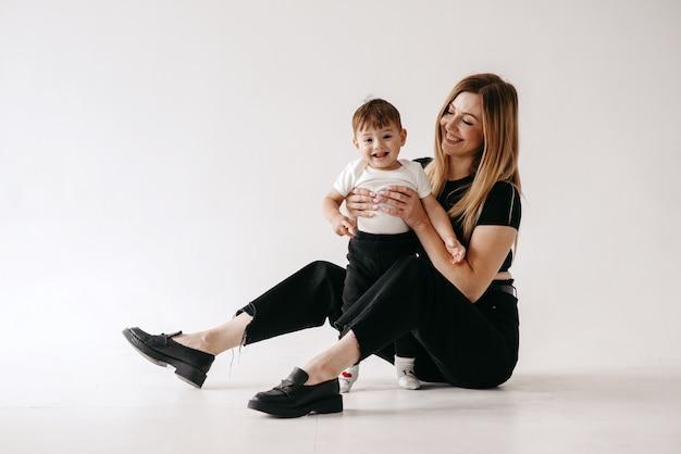白い背景の上の母と子