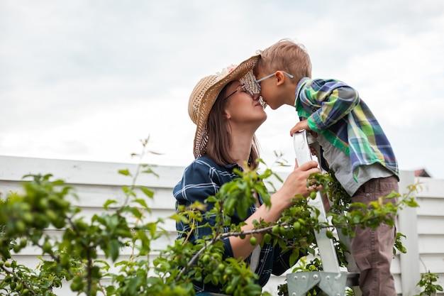 사다리 나무에 엄마와 아이, 뒤뜰 정원에서 정원 가꾸기
