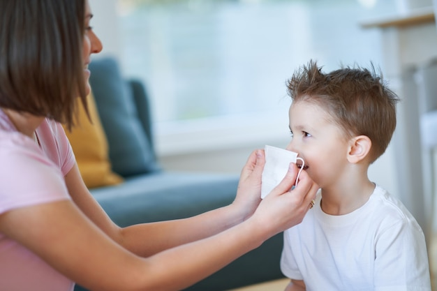 코로나 바이러스 전염병 동안 보호 마스크를 착용하는 어머니와 아이