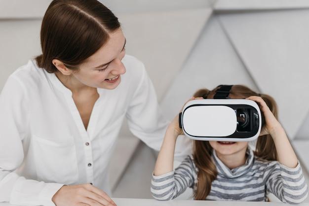 Мать и ребенок с помощью гарнитуры виртуальной реальности