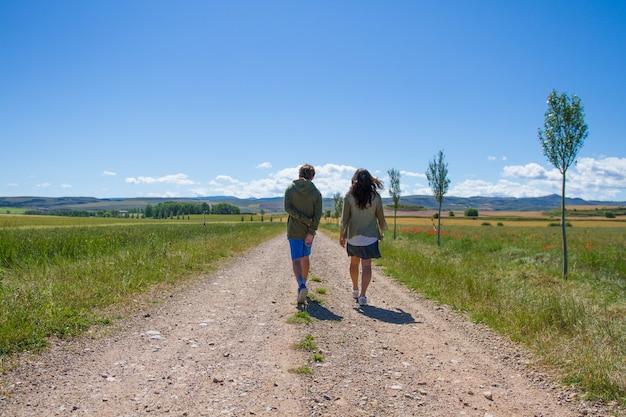 トレイルを歩く母と子家族の瞬間
