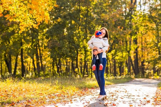 母と子は公園で夕方散歩、暖かい日光