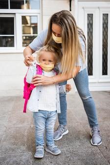 Мать и ребенок с медицинскими масками
