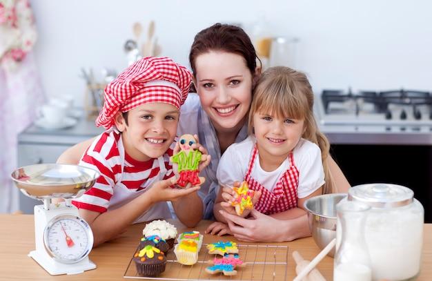 어머니와 부엌에서 제빵 어린이