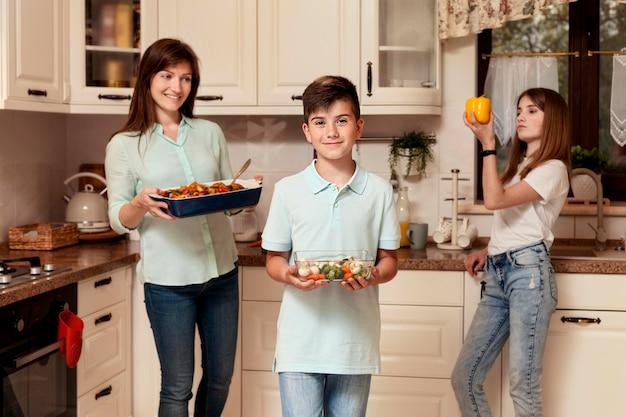 食糧を準備する台所で母と子