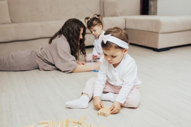 木製のブロックで遊ぶ母と子