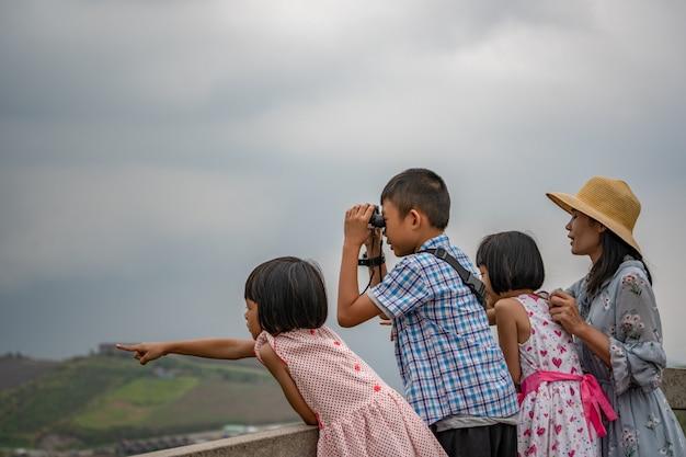 어머니와 아이들은 언덕과 하늘에서 편안하고 장난