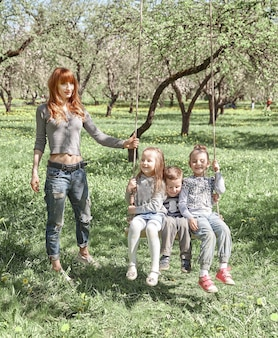 어머니와 아이들은 함께 자유 시간을 보냅니다.