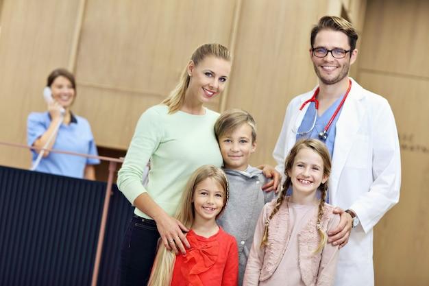 医者と一緒に病院で母と子