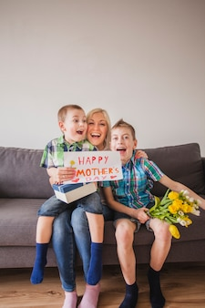 母親の日に面白い顔をした母親と子供たち