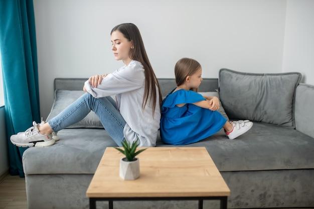 Мать и дочь переживают конфликт и выглядят подчеркнутыми