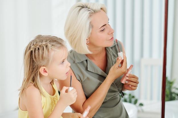 母と娘の口紅を適用します。