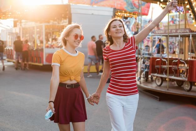 Мать и дочь в парке развлечений