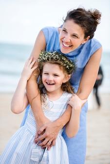 해변 결혼식에서 어머니와 딸