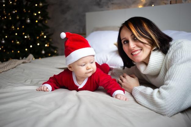クリスマスのベッドで母と娘