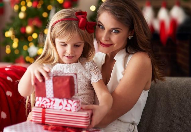 クリスマス休暇のために家にいる母と娘