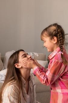 Мать и дочь дома, играя