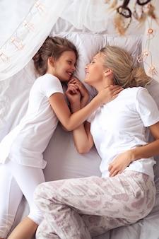 Мать и дочь дома