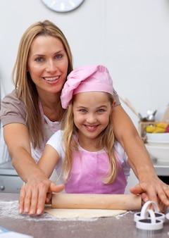 母と娘は台所で焼く