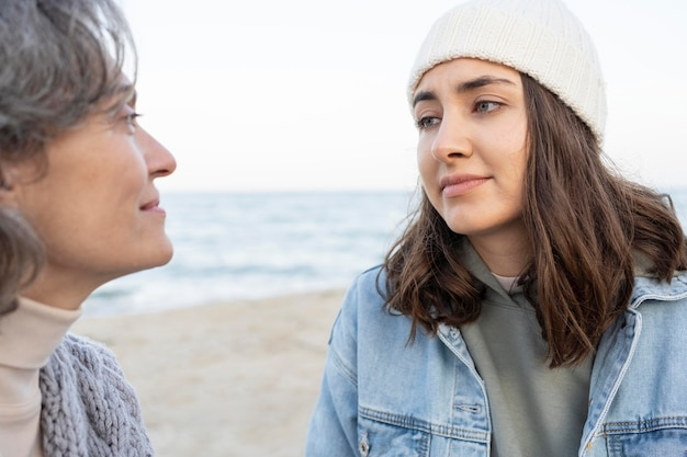 ビーチで一緒に絆を深める母と娘