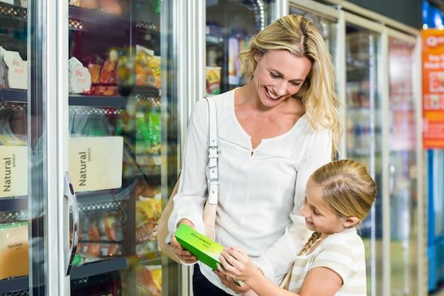 Мать и дочь покупают еду