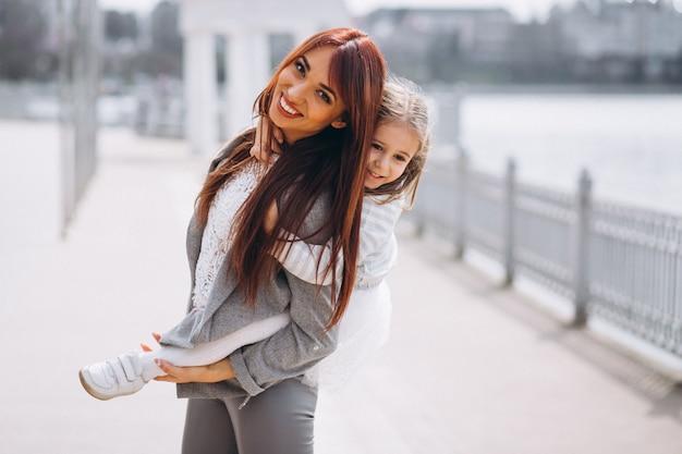 母と娘、湖