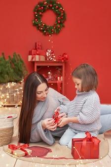 Мать и дочь празднуют новый год как концепцию зимних праздников