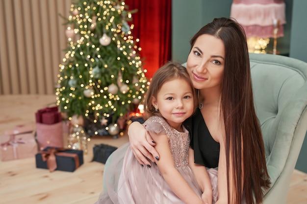 母と娘は冬の休日の概念として新年を祝う