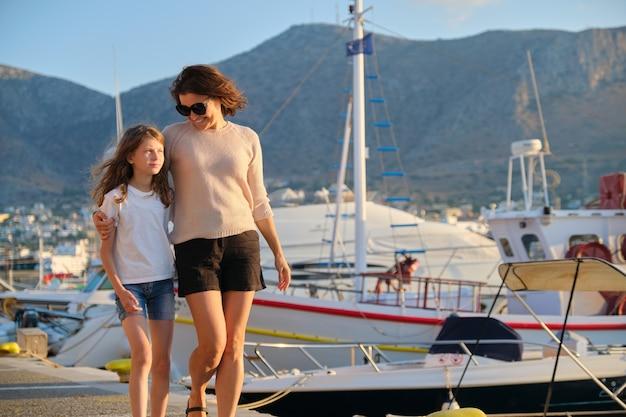 바다 부두에 엄마와 딸 아이 포옹 산책