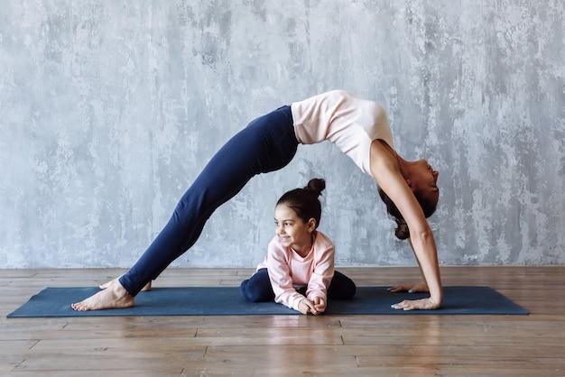 엄마와 딸 아이 함께 요가 연습