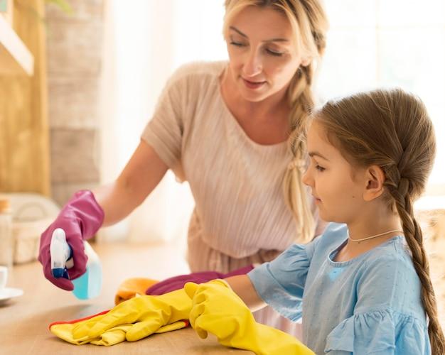 母と娘が一緒に家を掃除する