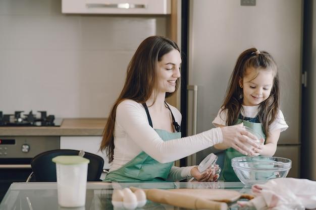 엄마와 딸 쿠키 반죽 요리