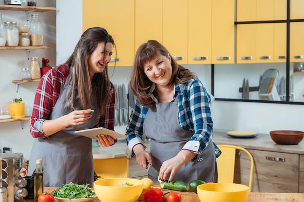 엄마와 딸 함께 부엌에서 요리