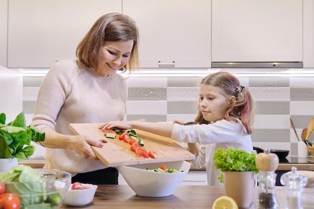 母と娘のキッチン野菜サラダで一緒に料理