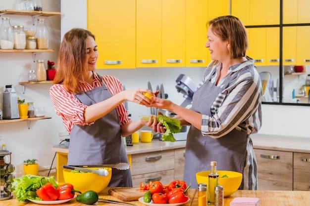 母と娘がキッチンで一緒に料理