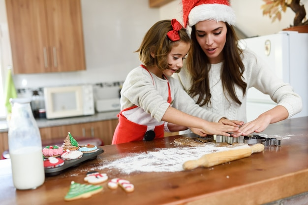 Мать и дочь приготовления пищи