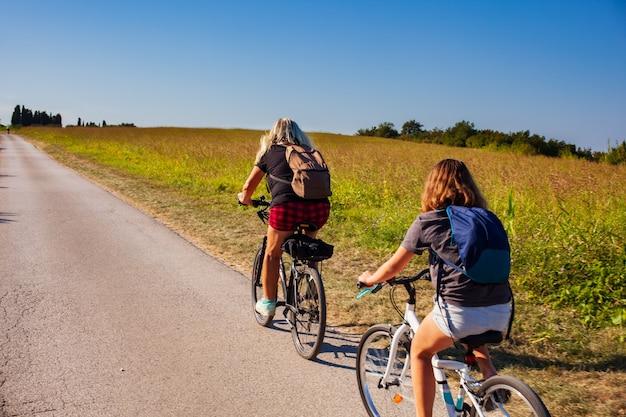 田舎に乗る母と娘のサイクリスト