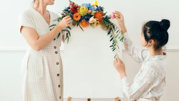 Мать и дочь, украшающие цветами