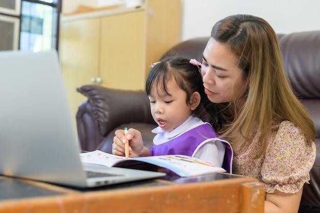 母と娘が宿題をする